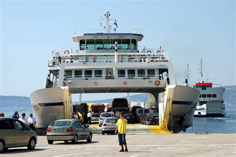 ferry boat with cars por las rutas del per 250 un ferry conectar 237 a norte y sur de