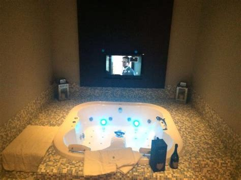 suite con idromassaggio in suite con idromassaggio e cromoterapia e tv picture of