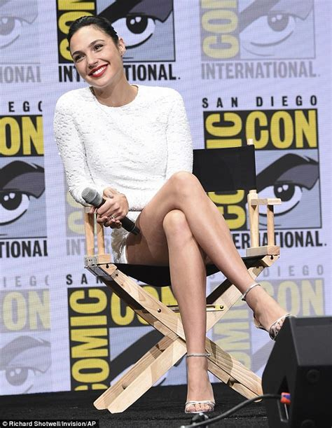 fan 2017 con gal gadot sweetly comforts fan at con daily
