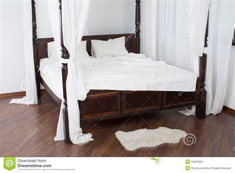 letto baldacchino legno bianco letto di legno baldacchino e un pellame bianco sul