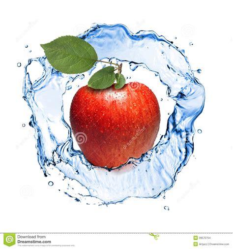pomme avec les feuilles et l 233 claboussure de l eau d isolement photo stock image 39570754