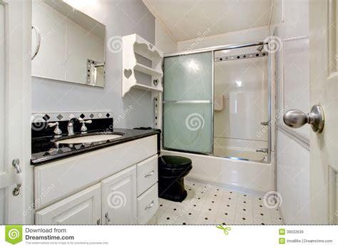 Attrayant Salle De Bain Noir Et Blanche #3: salle-de-bains-blanche-et-noire-39022639.jpg