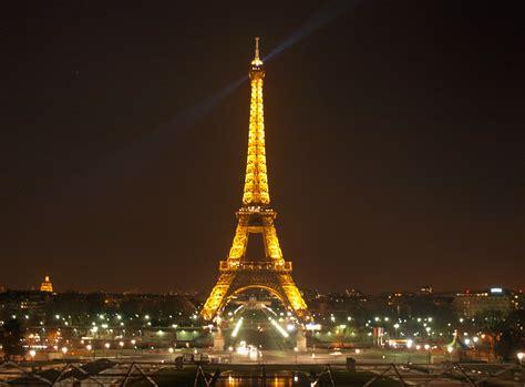 torre eiffel di notte illuminata torre eiffel illuminata viaggi vacanze e turismo