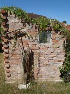 mauergestaltung im garten mauer aus alten backsteinen gartenmauer garten