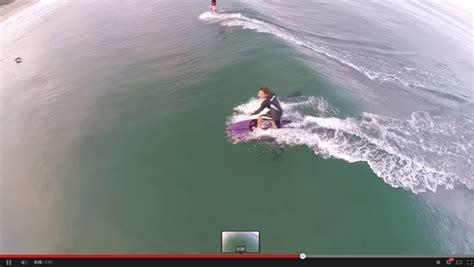 video surfista passa ao lado de um tubarao branco mas