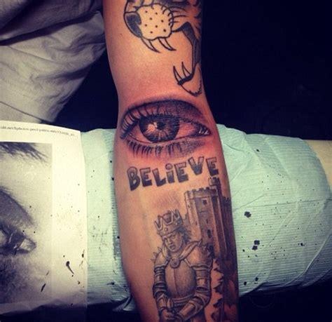 tato di kelopak mata tato baru justin bieber pasang mata ibunya di lengan