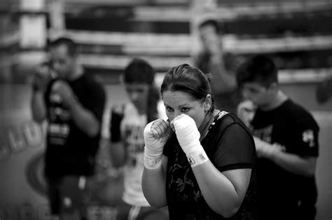 el boxeo  kickboxing de cordoba en blanco  negro