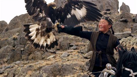 la jeune fille et trailer du film la jeune fille et son aigle la jeune fille et son aigle bande annonce vo