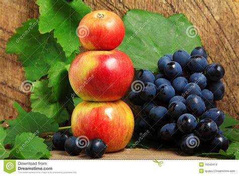 imagenes de uvas y manzanas manzanas y manojo de uvas imagenes de archivo imagen