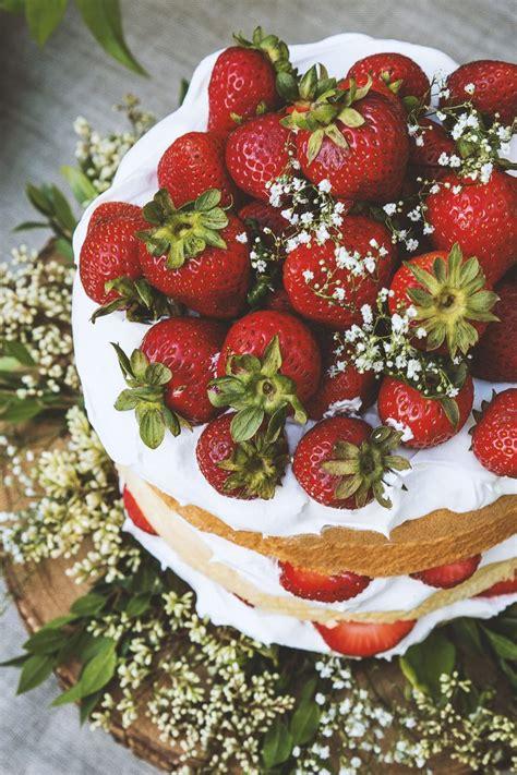 Cake Strawberry Decoration by Best 25 Strawberry Flower Ideas On Strawberry