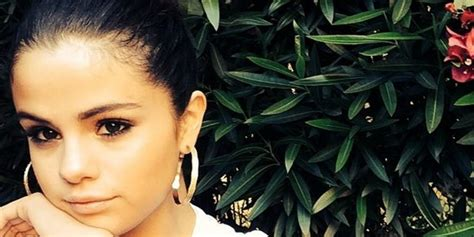 why selena gomez unfollowed everyone on instagram report