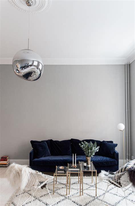 blue velvet sofa living room 25 stunning living rooms with blue velvet sofas blue