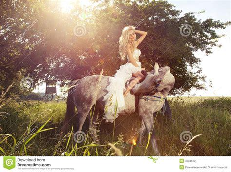 donna bionda con il cavallo immagine stock immagine foto della sposa sensuale bionda che monta un