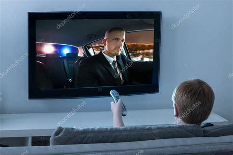 imagenes graciosas viendo television ni 241 o viendo pel 237 culas en la televisi 243 n foto de stock