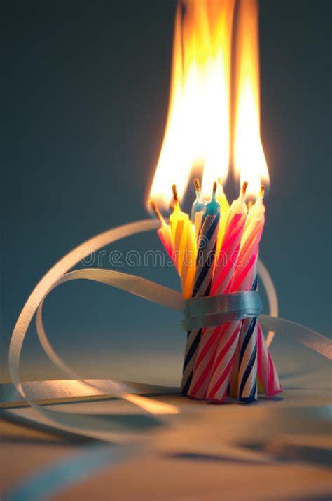 immagini candele compleanno candele di compleanno fotografia stock immagine di regali