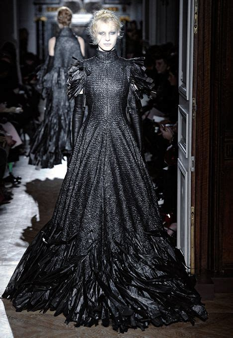 Kalung Fashion Trendy Design fashion designer gareth pugh sent models the runway in dresses made from strips of