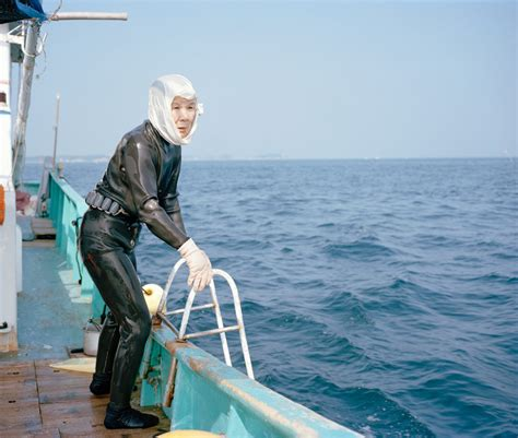 foto dive poppe ama looks at the of japan who dive for