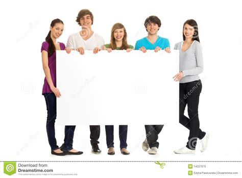 imagenes cool de jovenes amigos jovenes con una cartelera foto de archivo imagen