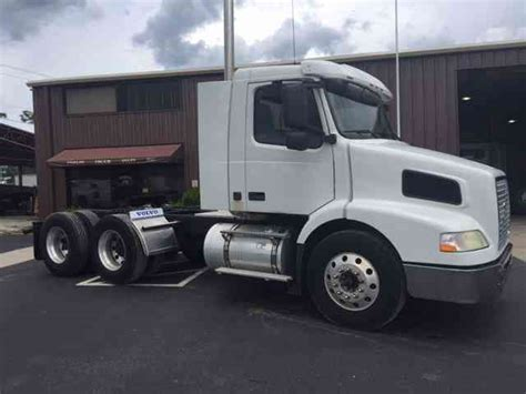 volvo truck 2003 volvo vnm64t200 2003 daycab semi trucks