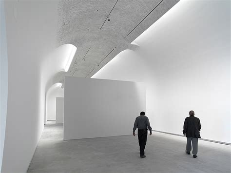 beleuchtung galerie showcase cave features archinect