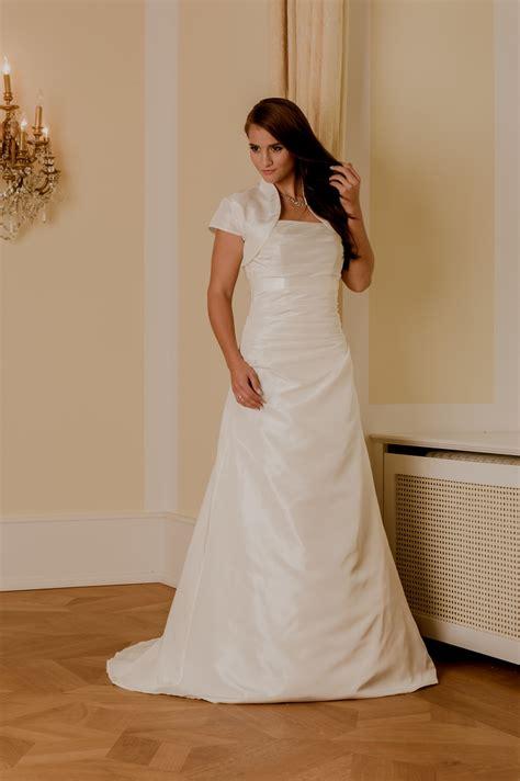 Schlichte Brautmode by Schlichtes Hochzeitskleid 105