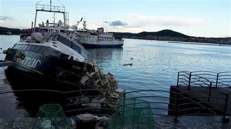 traghetti pozzuoli ischia porto pozzuoli incidente nel porto quasi distrutta una nave