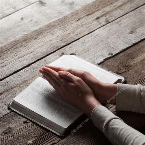 orando la biblia 1433691884 manos de mujer orando con la biblia foto de stock 169 4masik 72324877