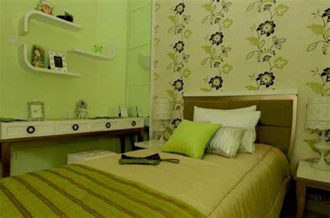 wallpaper dinding nuansa hijau desain kamar tidur