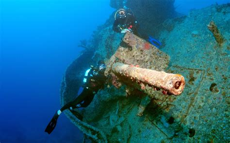 Sale Gluta Lucia By Well Clinic divers explore the ss thistlegorm shipwreck in the sea
