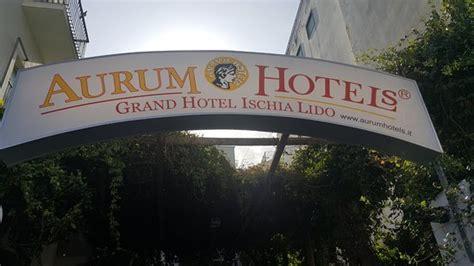 aurum ischia porto piscina in una giornata di pioggia foto di grand hotel