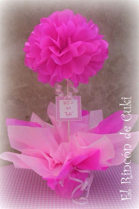 un topiario hecho con flores de papel
