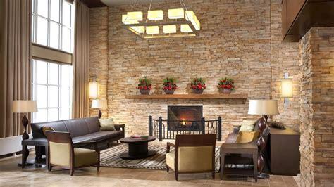 wohnzimmerwand dekor salas con paredes en piedra salas con estilo