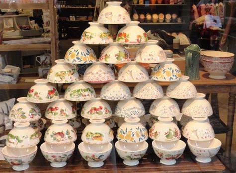 pyramide de bols du collectionneur dans la boutique
