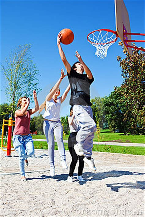 basketball spielen image gallery outside teenagers