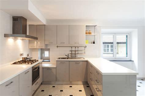cocina moderna de tonos claros fotos   te inspires