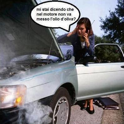 vignette donne al volante barzellette net foto donna con il cofano aperto dell auto