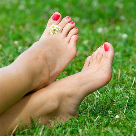 sui fiori e le donne sui piedi