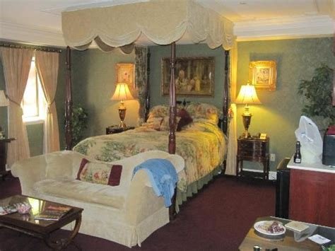 theme hotel niagara falls sheffield room picture of the red coach inn historic bed