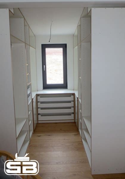 begehbarer kleiderschrank mit fenster schlafzimmer ankleidezimmer und begehbarer kleiderschrank