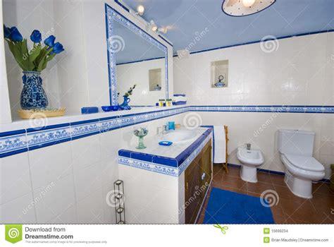 Blue Tile Bathroom by Banheiro R 250 Stico Azul E Branco Imagens De Stock Imagem