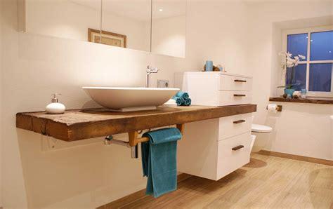 badeinrichtung bilder badeinrichtung mit rustikalem wasch und kosmetiktisch