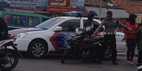 Mobil Polisi Mvp Merah tabrak pemotor disinyalir polisi terobos lu merah