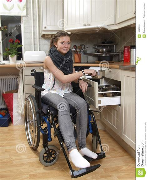 laras bebe techo fille sur le fauteuil roulant photo libre de droits