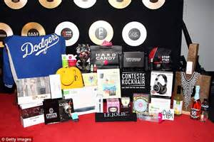 Grammys Gift Bag by See Inside This Year S 30 000 Grammys Gift Bag Daily