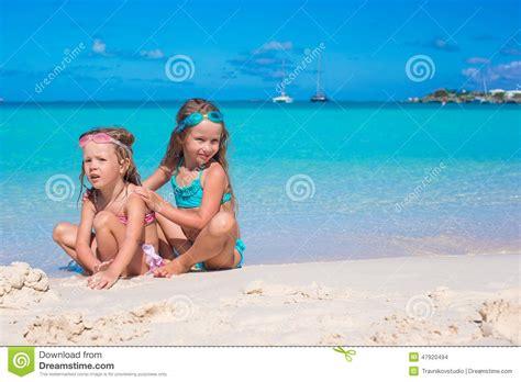 foto di ragazze in costume da bagno bambine adorabili in costume da bagno e vetri per