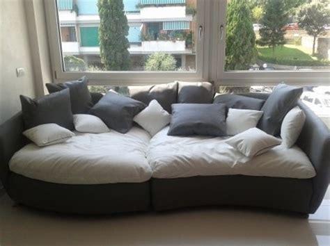 divani enormi divano bianco e grigio idee per il design della casa