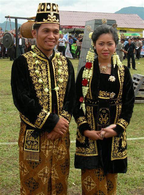 baju jawa tengah jawa barat berbagi pengetahuan contoh pakaian adat di indonesia