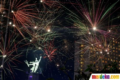 Kembang Warna Warni foto warna warni kembang api semarakkan malam tahun baru 2017 di hi merdeka
