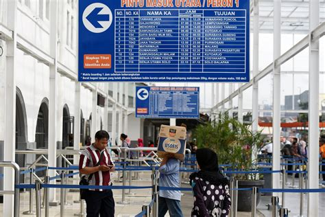 Kereta Bayi Di Pasar Rumput penumpang bergegas memasuki pintu masuk utara di stasiun