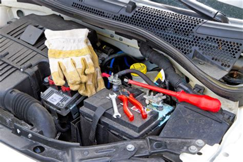Motorrad Batterie Wird Beim Laden Hei by Autobatterie Wechseln Anleitung Zum Ausbauen Einbauen